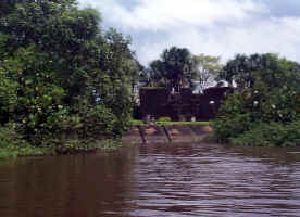 Fort_from_river.jpg (196086 bytes)